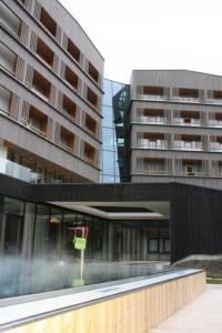 Falkensteiner Hotel Schladming Außenfassade aus Holz und Glas