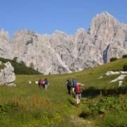Aktive Frauen beim Wandern in den Dolomiten
