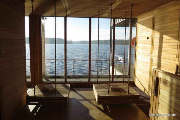 Schaukeln am Panoramafenster der Seesauna
