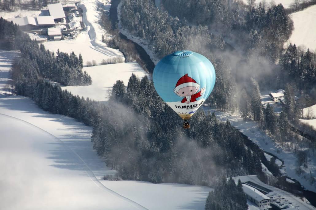Ballonfahren ist eine Traum, über winterlich verschneiter Natur macht es doppelten Spaß. In Bayern und Österreich finden Anfang des Jahres regelmäßig Ballonfahrten im Winter statt. Eine Idee um Winterurlaub mal anders zu gestalten. Ruhe, Entspannung und absoluter Überblick. Das ist Wellness für die Seele mit Ausblick. Genussreisetipps heute aus dem Kaiserwinkl beim Winter Ballooning