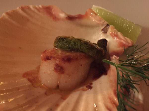 Der Auftakt eines verheißungsvollen Menüs im Herrenhaus Ansitz Heufler: gratinierte Jacobsmuscheln