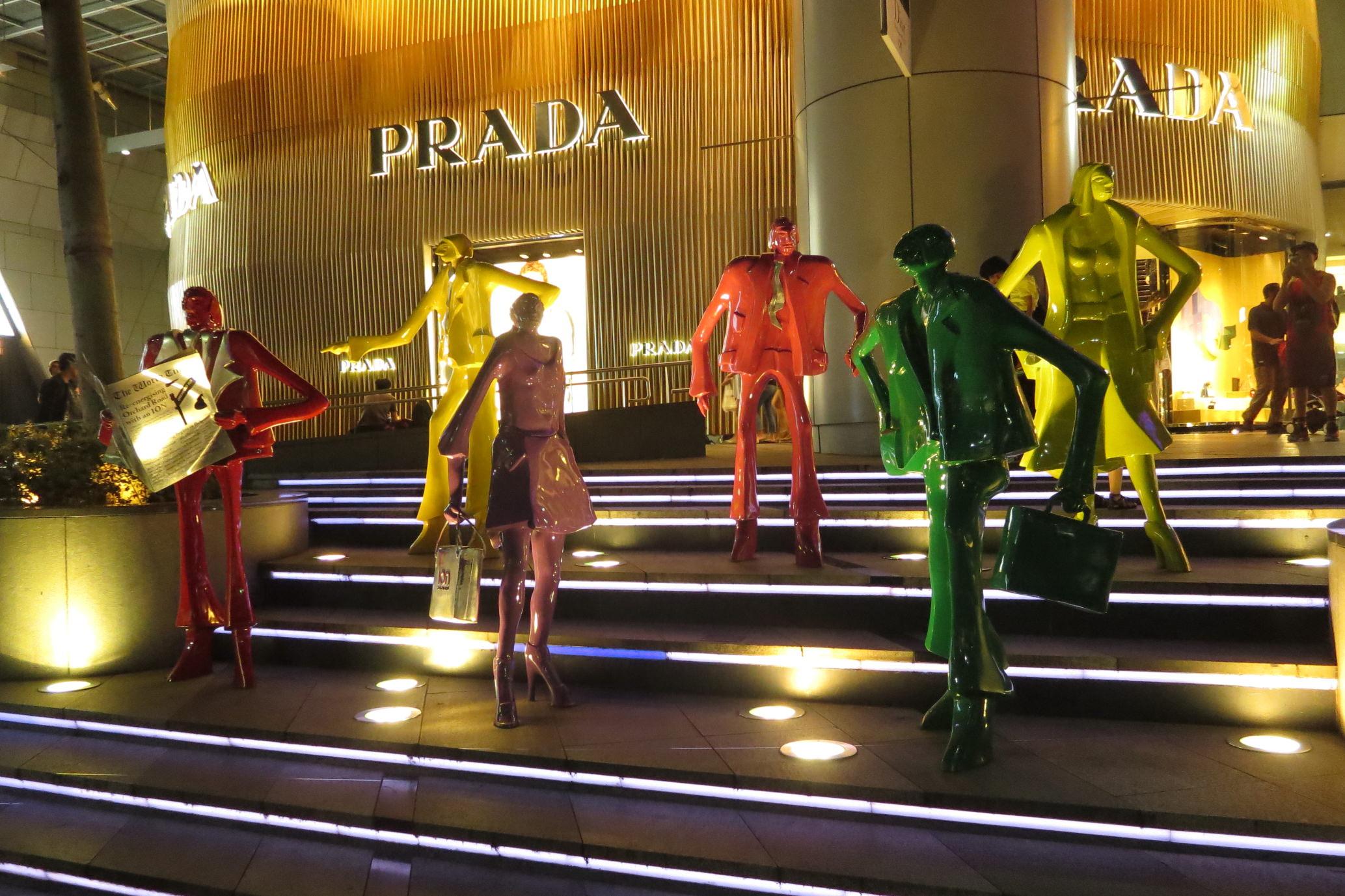 Bunte Skulpturengruppe am Eingang der IOM Mall Singapore