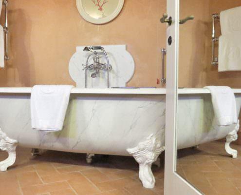 Ein Bad in dieser Wanne gefällig? Am besten bereite vom Bade-Butler? Dazu gibt es diesen traumhafter Blick über die Hügel der Toskana. Genussmomente und entspannte Auszeit. Doch Italien hat in der Toskana noch viel mehr zu bieten. Wellness, Auszeit und jede Menge Luxus