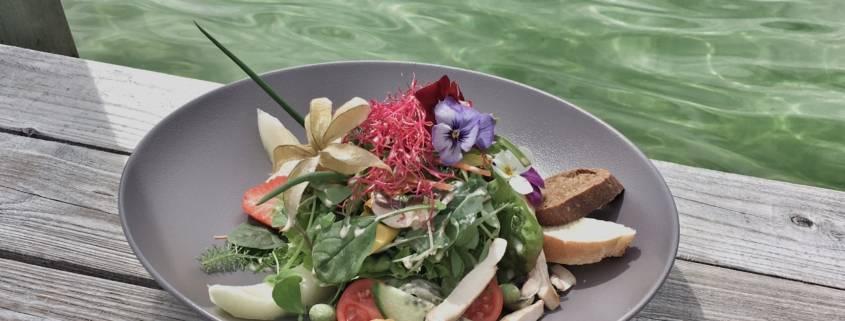 Genussmomente kulinarisch. Im Wellnesshotel Haubers Alpenresort gibt es mittags Snacks direkt im Haus am See serviert. Köstlich, so schmeckt Allgäu