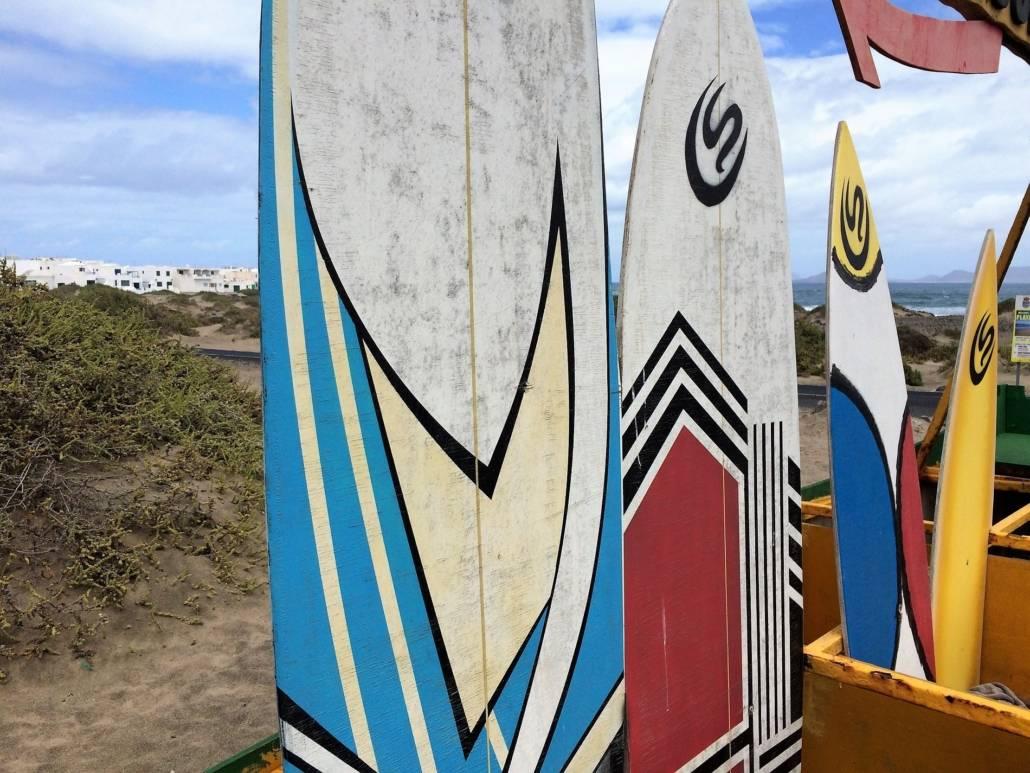 Genussreisetipps auf Lanzarote. Die nördliche Kanarische Insel bietet eine Vielzahl an tollen Möglichkeiten eine Reise zu genießen. Auszeit am Strand, Entspannung am Meer, Ruhe mit Kultur. Lanzarote geprägt von Architekt Cesar Manrique. Surfen in Spanien, surfen auf Lanzarote