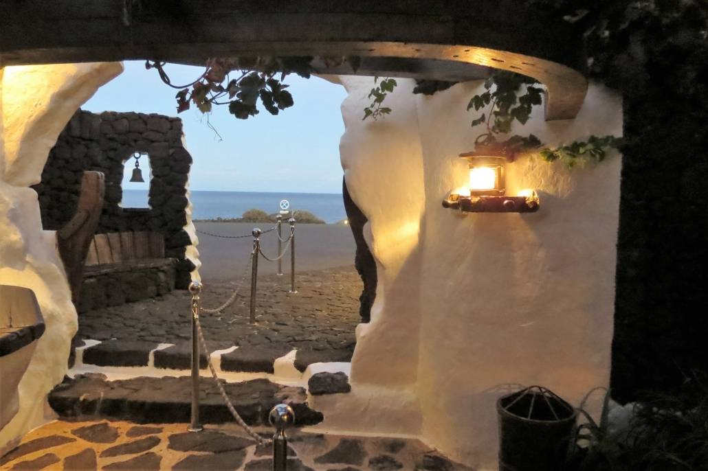 Genussreisetipps auf Lanzarote. Die nördliche Kanarische Insel bietet eine Vielzahl an tollen Möglichkeiten eine Reise zu genießen. Auszeit am Strand, Entspannung am Meer, Ruhe mit Kultur. Lanzarote geprägt von Architekt Cesar Manrique. Kathedrale in der Unterwelt von Lanzarote