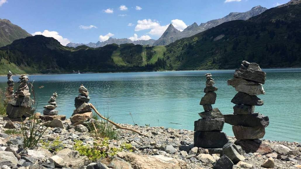 Steinmännchen am Silvretta Stausee im Montafon, Voralberg Österreich. DIY Wegmarkierung beim Wandern, Hiking und Geniessen