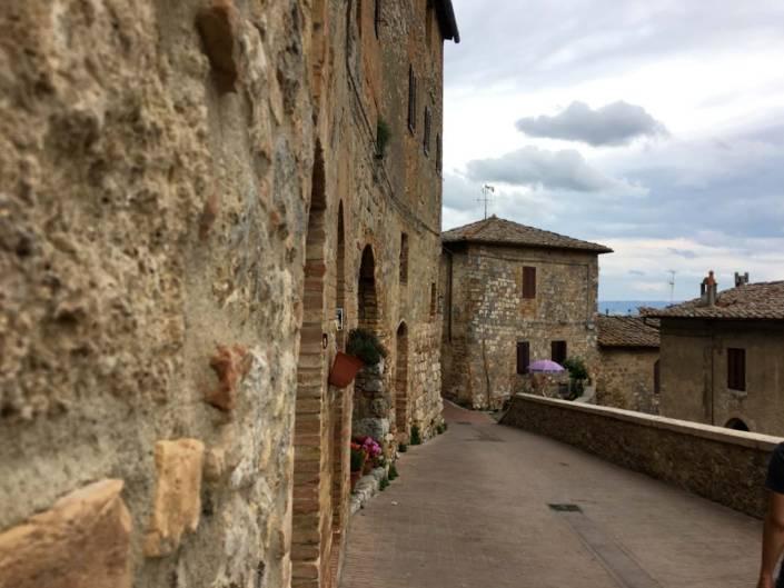 Reisetipps für Florenz. Ausblick auf Genuss im Toskana Urlaub. Genussreisetipps für eine entspannte Italien Reise. San Gimignano mit seinen historischen Stadtmauern, Türmen und mittelalterlichem Flair