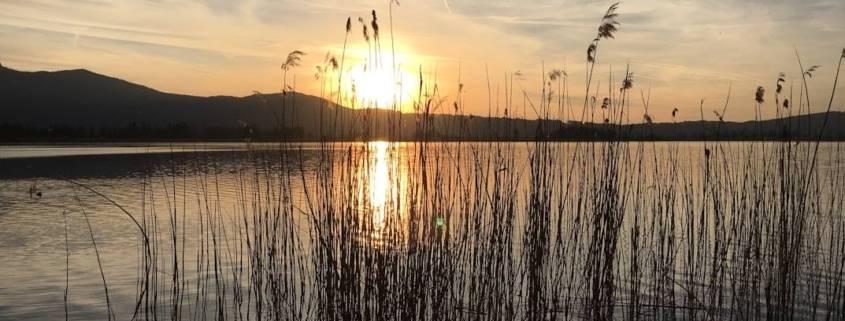Seenliebe beim Sundowner am Tegernsee. Die schönsten Plätze um den Sonnenuntergang südlich von München am Tegernsee zu genießen. Auszeit bei Cocktail und Abendstimmung am See. So schön ist Bayern. Slow Travel oder auch Genussreisetipps