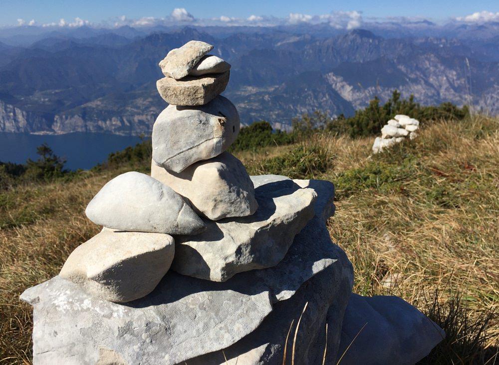 Ausblick vom Monte Baldo auf den Gardasee. Auch Steinmännchen lieben Weite