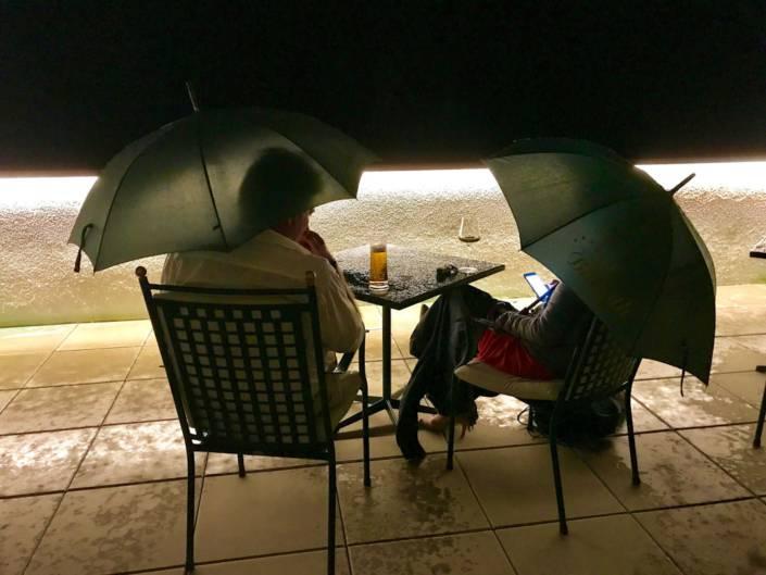 Billroth Schlechtes Wetter_ Den Gästen des Parkhotel Billroth gefällt es so gut, dass auch beim abendlichen Regenguss auf der Terrasse verweilen