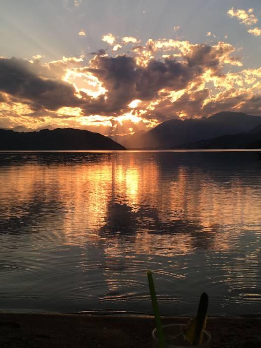 Zeit zu Zweit auf Reise. So lassen sich Genussreisetipps im Urlaub erleben. Auszeit, Entspannung und die nötige Portion Abenteuer. Romantik am See, Genuss am Berg oder auch Sternenhimmel über uns. Hast du schon mal über Luxus in einem Biwak nachgedacht? Am Millstätter See in Kärnten, Österreich ist das machbar. Blick in den Sternenhimmel, Frühstück am See oder auch Picknick auf dem Sternenbalkon inklusive. Romantische Zeit zu Zweit vom Granattor über den Weg der Liebe bis hin zum Sonnenuntergang am See.