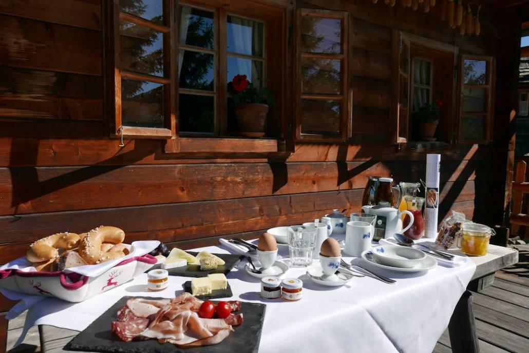 Zeitlos Entspannen im Urlaub. Das Almdorf in Kärnten, Österreich macht das möglich. Mit dem kleinsten Restaurant der Welt, lebt es sich hier wie in einem historischen Alm Bauernhof mit den Vorzügen von Luxus, Komfort und Technik.