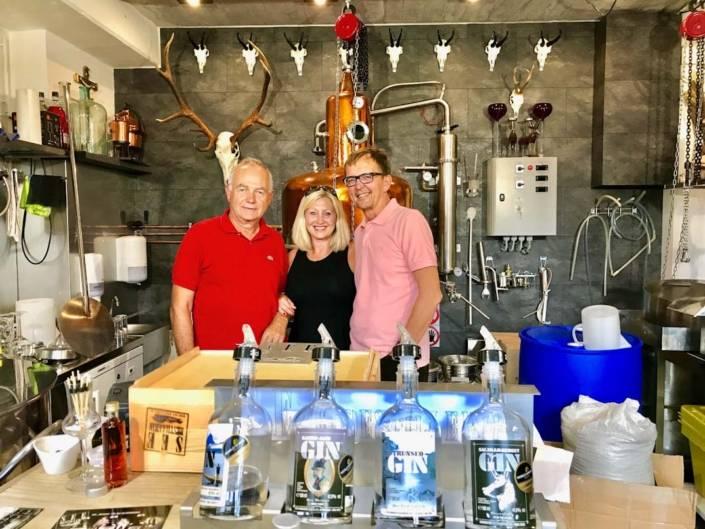 Dreimal Gold Johannes Peinsteiner, Hans Wieser und VON-Redakteurin Astrid Steinbrecher-Raitmayr in der See-Destillerie