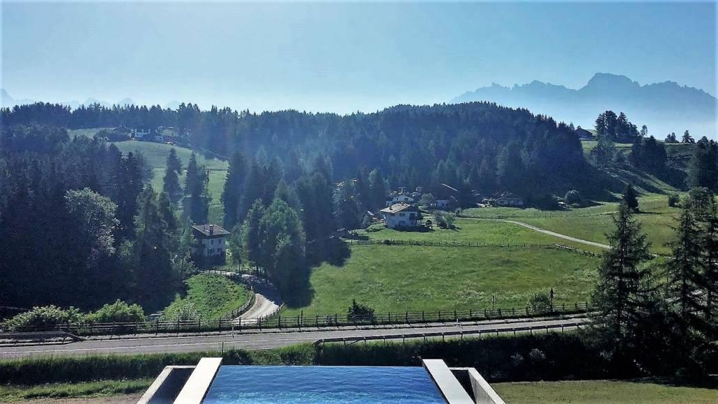 Auszeit grenzenlos – Urlaub im Eggental. Inmitten des UNESCO Weltnaturerbe Dolomiten in Südtirol, Italien. Hier kann ich auf meiner Reise die Berge riechen. Entspannung und Wellness fühlen, regionale Gerichte schmecken und über das Wellnesshotel und Wanderhotel Pfösl in Deutschenofen nur staunen. Inkl. neuem Inifiniypool um in die Berge zu schwimmen. Ein echter Kraftplatz, der mir inmitten traumhafter Natur eine schier grenzenlose Auszeit bereitet.