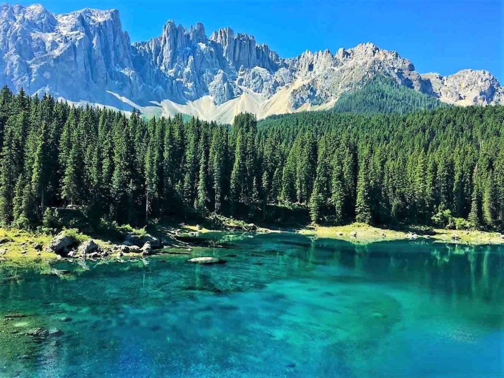Karer See, ein Juwel im Paradies der Dolomten. Einer der schönsten Bergseen. Auszeit grenzenlos – Urlaub im Eggental. Inmitten des UNESCO Weltnaturerbe Dolomiten in Südtirol, Italien. Hier kann ich auf meiner Reise die Berge riechen. Entspannung und Wellness fühlen, regionale Gerichte schmecken und über das Wellnesshotel und Wanderhotel Pfösl in Deutschenofen nur staunen. Ein echter Kraftplatz, der mir inmitten traumhafter Natur eine schier grenzenlose Auszeit bereitet.