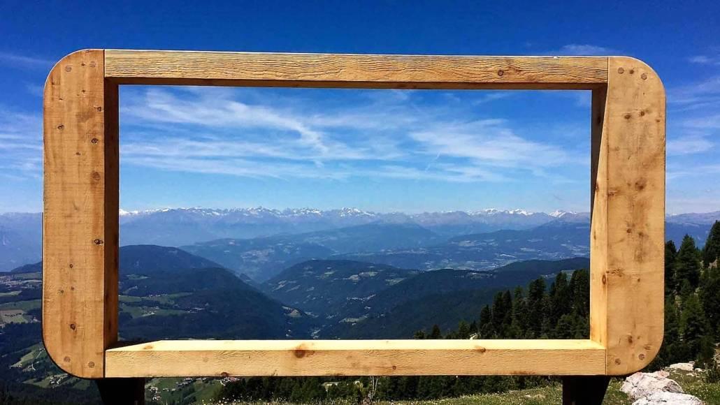 Ausblick vom Latemar der Dolomiten. Outdoor Kino? Auszeit grenzenlos – Urlaub im Eggental. Inmitten des UNESCO Weltnaturerbe Dolomiten in Südtirol, Italien. Hier kann ich auf meiner Reise die Berge riechen. Entspannung und Wellness fühlen, regionale Gerichte schmecken und über das Wellnesshotel und Wanderhotel Pfösl in Deutschenofen nur staunen. Ein echter Kraftplatz, der mir inmitten traumhafter Natur eine schier grenzenlose Auszeit bereitet.