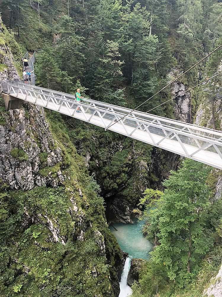 Genussreisetipps rund um Mittenwald Das bedeutet Urlaub mit Bergen, Seen, historisch bayrischen Orten. Deutschlands zweithöchste Bergbahn die Karwendelbahn, ein Riesenfernrohr mit Naturinformationszentrum, Ausblick über die Felskante ins Isartal. Aber auch Klettersteige, Wanderungen und Berghütten. Genusswandern im Karwendel. Reisen nach Mittenwald, Leutasch und Seefeld bieten in der Zugspitzregion mit der Leutaschklamm eine wahre Geisterklamm. Badeseen für echte Seenliebe. Aber auch Steinmännchen an der Isar. Auszeit mit Genuss ist im Karwendelgebirge Programm. Auszeit mit Genussreisetipps für Auszeitgenießer und Genussabenteurer.