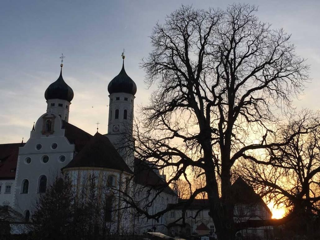 Wandern oder Pilgern? Wo liegt der Unterschied, wenn es einen gibt? Kloster Benediktbeuern im Tölzer Land