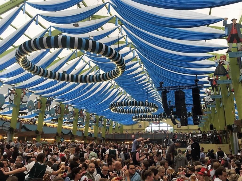 Wiesnzelt Ochsenbraterei von innen. Wer Trubel mag wird auf dem Münchner Oktoberfest fündig. Bier fließt in Strömen und auch sonst ist Gaudi an allen Ecken geboten. Volksfeststimmung in Bayern