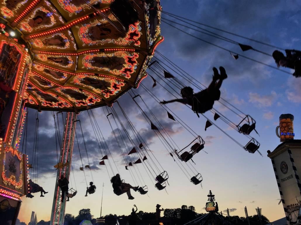 Oktoberfest in München. D.h. die Wiesn bietet eine Vielzahl an Karussels, Achterbahnen und Co. Wie es sich für das größte Volksfest der Welt in Bayern gehört.