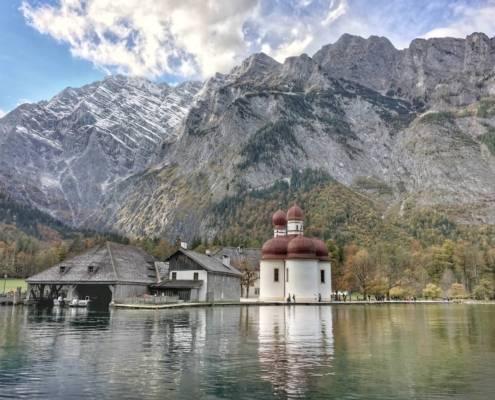 Reiseziel Königssee in Bayern. Für eine Tour an einen der tiefsten Seen in Deutschland ist die Jahreszeit egal. Der Königssee ist immer eine Reise wert. Im Frühling, Sommer, Herbst oder Winter. Ob zum Wandern, genießen oder für perfekte Fotomotive. Als Familienurlaub, Zeit zu Zweit oder als Wanderurlaub. Schroffe Berge, wie Watzmann, Jenner oder die schlafende Hexe blicken auf berühmte Orte wie St. Bartholomä.