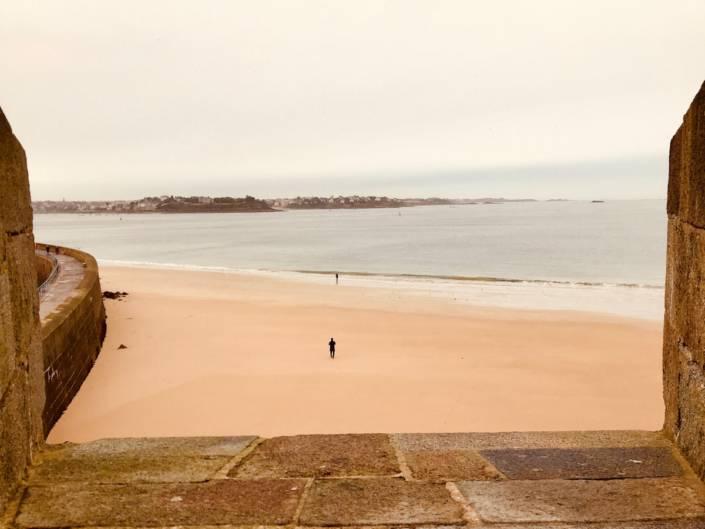Malerisches Saint-Malo, Bretagne. Allerdings stehen vor jedem Zugang der Bucht Warnschilder, _Das Meer steigt schnell und kann Ihnen den Rückweg abschneiden_ @Astrid Steinbrecher-Raitmayr