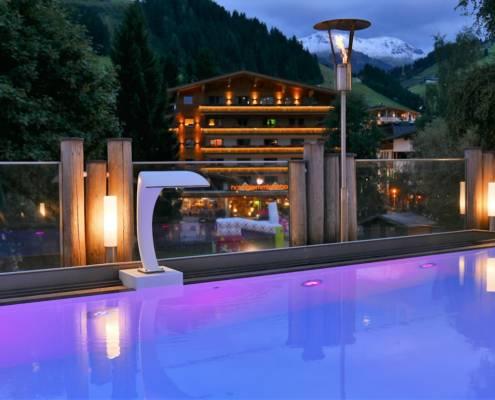 Feel royal, enjoy lässig, so geht Urlaub im Wellnesshotel Alpine Palace Hinterglemm. Skifahren ist nicht alles in Saalbach Hinterglemm in Österreich. Wandern, Biken, Wellness und Erleben ist hier für Travel Genuss perfekt. Ob Familienurlaub, Wellnessreise, Zeit zu Zweit oder auch Wellness Wochenende, hier findet jeder sein passendes Plätzchen