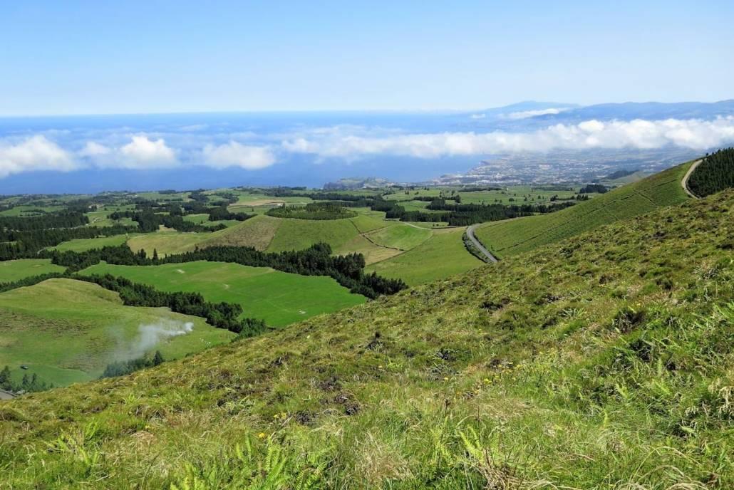#Azoren, eine Reise nach Portugal und doch in eine andere Welt. Atemberaubend schönen Landschaften vulkanischen Ursprungs – die grünsten Inseln im #Atlantik. Ein #Reiseziel für jede #Jahreszeit. Azoren, d.h. #Wandern im #Wanderurlaub, #Wellness im kleinen #Wellnesshotel, #Naturerlebnisse als echtes #Reise #Highlight. Auf den Azoren findet jeder das Besondere, viel #Außergewöhnliches. Wanderurlaub in der #Natur, #Aktivprogramme wie Whale Whatching, #Vulkane und Wetter. Urlaub an magischen Kraterseen, heißen Quellen.