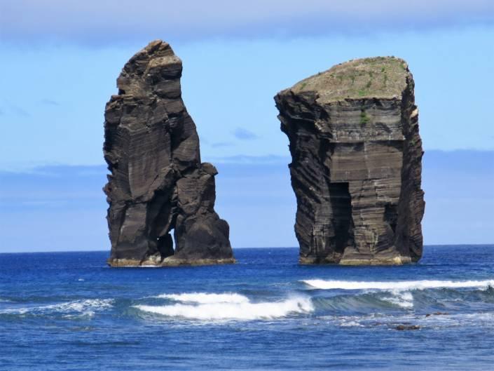#Azoren, eine Reise nach Portugal und in eine andere Welt. Atemberaubende Landschaften vulkanischen Ursprungs, grünsten Inseln im #Atlantik. #Reiseziel für jede #Jahreszeit. Azoren, d.h. #Wandern im #Wanderurlaub, #Wellness im kleinen #Wellnesshotel, #Naturerlebnisse als echtes #Reise #Highlight. Auf den Azoren findet jeder das Besondere, viel #Außergewöhnliches. Wanderurlaub in der #Natur, #Aktivprogramme wie Whale Whatching, #Vulkane und Wetter. Urlaub an magischen Kraterseen, heißen Quellen.