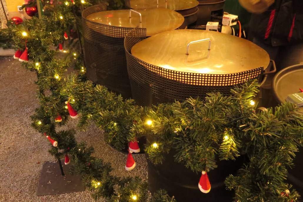 Die schönsten #Weihnachtsmärkte in #Bayern. Hier kommt eine #Liste mit #Tipps #Ideen und #Reisen von #Weihnachtsmarkt zu #Christkindlmarkt oder auch #Adventsmarkt. #Deutschland hat viel an vorweihnachtlichen Möglichkeiten zu bieten. #Glühwein #Duft und gebrannte #Mandeln genießen steht im #Advent ganz oben. Fällt dann der erste #Schnee ist die #Weihnachtsstimmung perfekt. Kommt mit auf eine #Reise zu Bayerns schönsten #Weihnachtsmärkten im Freistaat.
