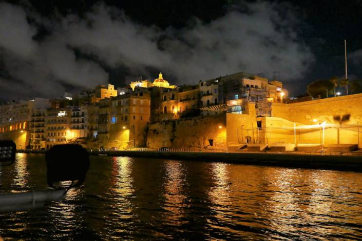 Malta, die kleine Mittelmeerinsel südlich von Sizilien, haben viele von uns nicht auf dem Schirm, wenn sie an europäische Urlaubsziele denken. Dabei lockt die Insel mit einem einzigartigen Mix aus Kultur und Erholung. Valetta Kulturhauptstadt 2018, türkis-blaue Buchten, Tauch-Hotspot und Spuren einzigartiger Vergangenheit, die unzähligen Filmen als Filmkulisse dienen.