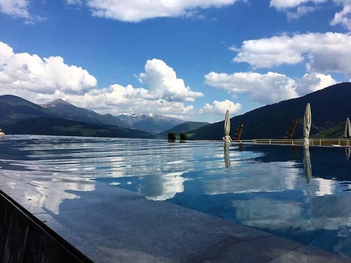Genussreisetipps Südtirol. Urlaub im Südtiroler Wanderhotel am Fuße des Kronplatz. Skifahren im Winter, Wandern im Sommer. Immer aber geht Well-ness mit einem einzigartigen Skypool. #Südtirol #Skypool #Wandern #Wellness #Wellnesshotel #Genussreisetipps