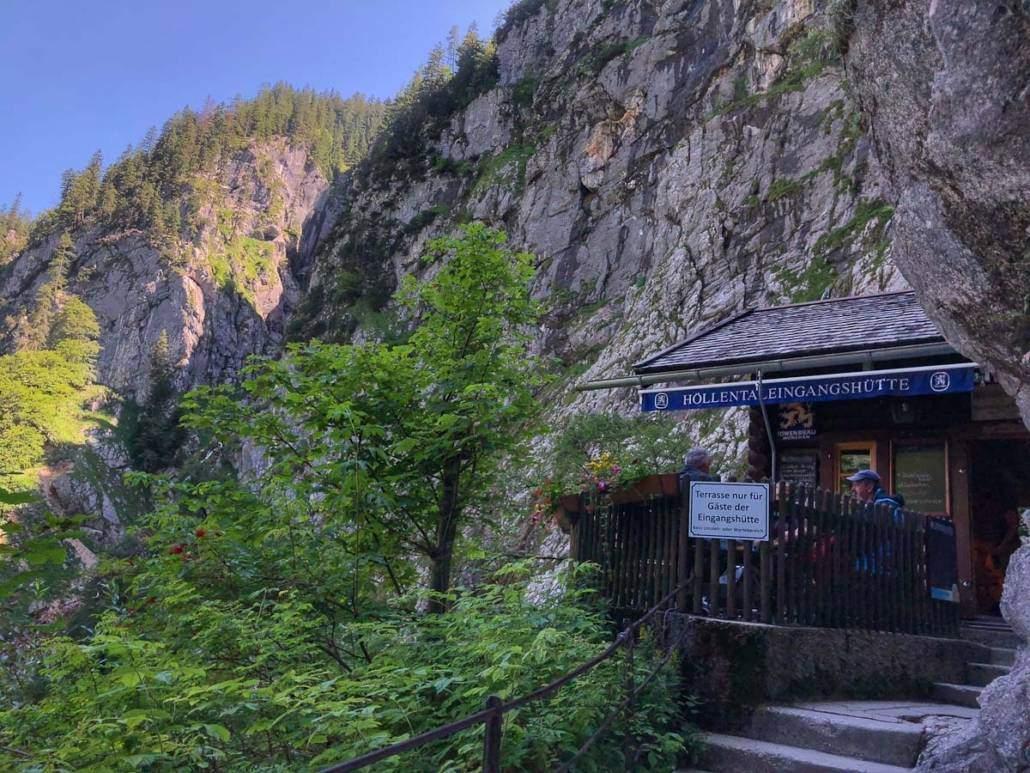 Höllentalklamm bei Garmisch-Partenkirchen in Bayern ist eine echte Genusswanderung als Ausflugsziel fürs Wochenende für Geübte. Auszeit vom Alltag beim Wandern ist Wellness für die Seele #Wandern #AusflugszieleFürsWochenende #Ausflugsziel #Tipps #Genusswandern #Wellness