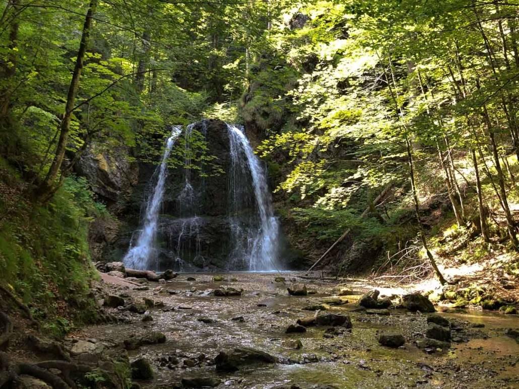 Ausflugsziele fürs Wochenende. Wandern an den Josephstaler Wasserfällen am Schliersee zu jeder Jahreszeit ein Genussabenteuer. #Auszeit #Auszeitgeniesser #Genusswandern #Bayern