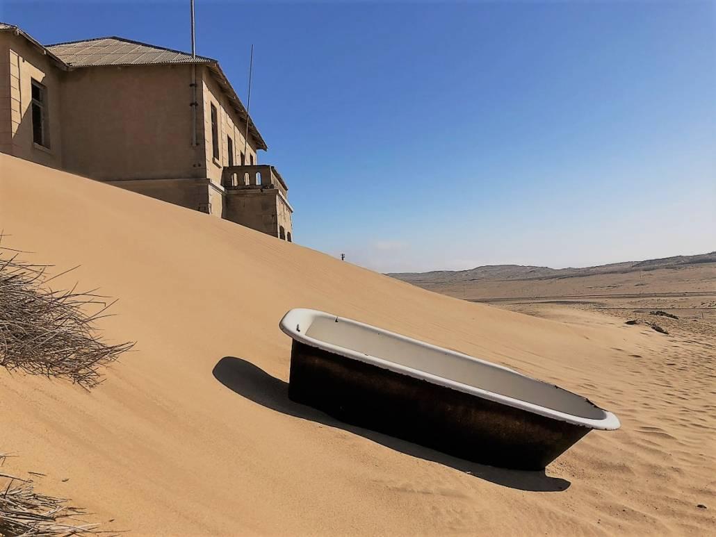 Deutsche Geisterstadt in der Diamantenwüste von Namibia. Namibia Rundreise mit spannenden Städten und einem Ghost Town. Lost Places in der Wüste oder besser gesagt eine Stadt zurück erobert von Sand, Wind und Natur. #Namibia #LostPlaces #Geisterstadt #Rundreise #Reise #Fernweh #Roadtrip