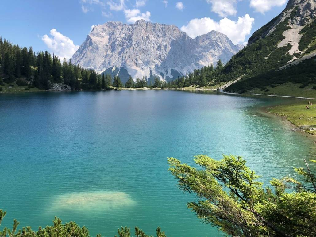 Seebensee – Auszeitgeniesser unterwegs von der Ehrwalder Alm Bahn über die Seebenalm zum Seebensee. Unweit der Coburger Hütte im Mieninger Gebirge in Tirol. Wandern mit Genuss als tolles Ausflugsziel fürs Wochenende. #Wandern #Auszeit #Auszeitgeniesser #Genuss #Seenliebe